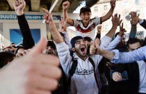 арменците празнуват оставката на премиера