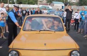 Рекорд по побрани хора в ЗАЗ-968м бе регистриран по време на шоу за ретро-автомобили в Запарожие. В малката машина успяха да се съберат 17 души, ко