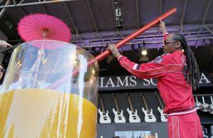 """Рапърът Снуп Дог постави рекорд на """"Гинес"""", като направи най-големия коктейл с джин и сок на музикален фестивал в Калифорния."""