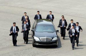 Охранителите на Ким Чен Юн тичат заедно с колата му