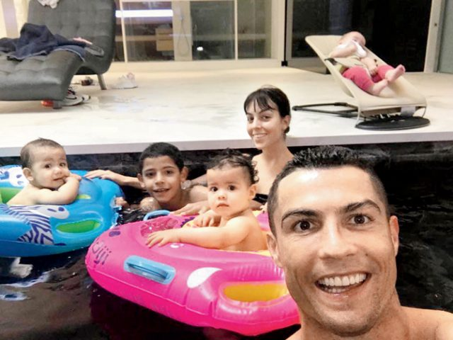 """Честит рожден ден на Ева и Матео! Близнаците на Кристиано Роналдо вече са на една годинка и звездата на """"Реал Мадрид"""" отбеляза повода със"""