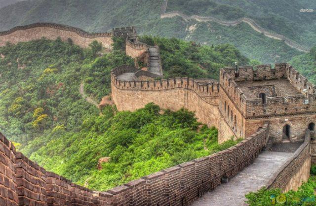 Великата китайска стена е най-дългата конструкция, създавана от човешка ръка. Според официалната версия строителството