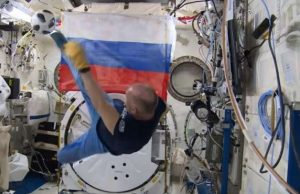 Руските космонавти Антон Шкаплеров и Олег Артемиев проведоха футболна тренировка на борда на Международната космическа станция. Сре
