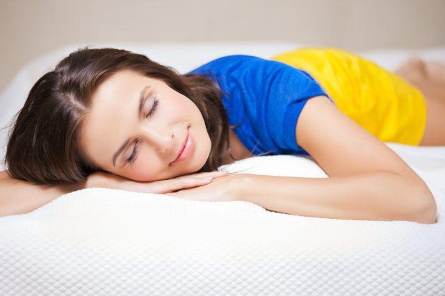 С настъпването на летните жеги започват и проблемите със съня.На всеки се случва да му е горещо през нощта, а това пречи на п
