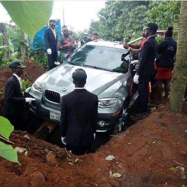 Нигериец погреба баща си в ново BMW Х6, за да може той да се отправи към рая със стил, съобщиха местните медии. Богатият син, чието име е