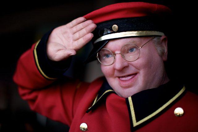 Той е един от най-прочутите британски комици, неотстъпващ по популярност на Роуан Аткинсън и Питър Селърс. За съжаление Бени Хил изглеж