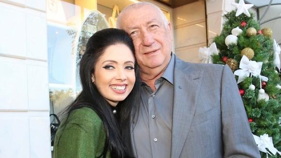 Бившият президент на Левски Майкъл Чорни реши да узакони връзката си с 32-годишната красавица Никол Райдмънд. 66-годишният бизн