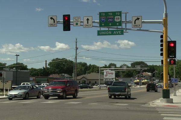 Повечето кръстовища, особено в градовете, са оборудвани със светофари, които трябва да регулират движението и да предотвратяват инциденти и з