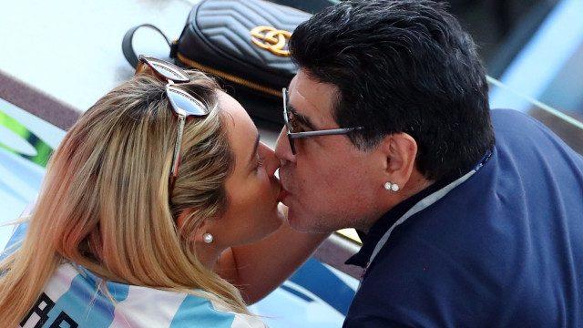 Диего Марадона няма скоро да слезе от първите страници на спортните издания! Този път легендарният аржентинец прикова вниманието към себе си не с пиянските