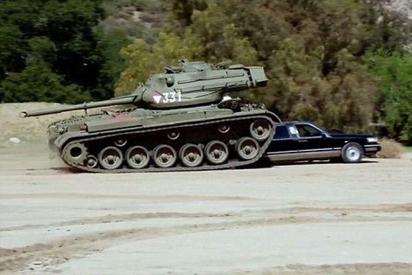 Тв каналът CNBS публикува видео, в което актьорът и бивш губентатор на американския щат Калифорния - Арнолд Шварценегер, разрушава лимузина