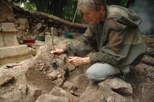 археолози