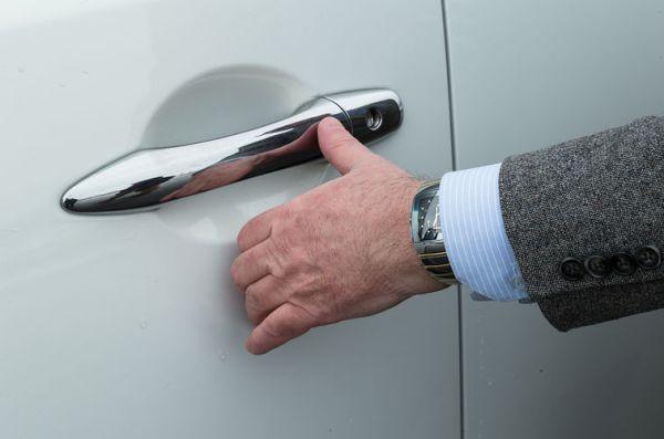 За да накарат клиента да си купи нова кола, производителите добавят какви ли не опции в оборудването, пише Automedia. В случая обаче става