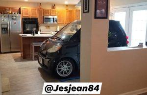 Американец прибра колата си в кухнята, да не я отнесе ураган (снимки)