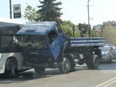 Камион нацепи автобус