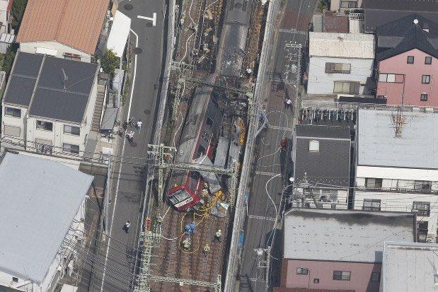 Около 30 души ранени след сблъсък на влак с камион в Йокохама, Япония