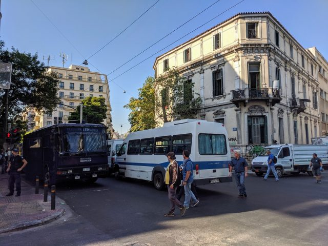 Полицията прочисти от мигранти сграда в Атина