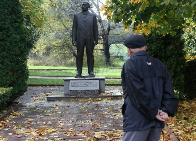 Живков, паметник