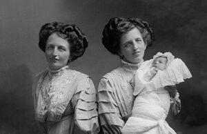 сиамски близначки родили дете